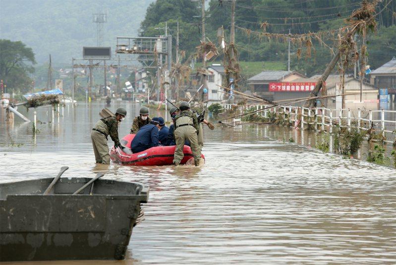 大雨的梅雨鋒面將再北移,今天下午開始可能再度為熊本縣帶來激烈雨勢,災區可能二度受災。歐新社
