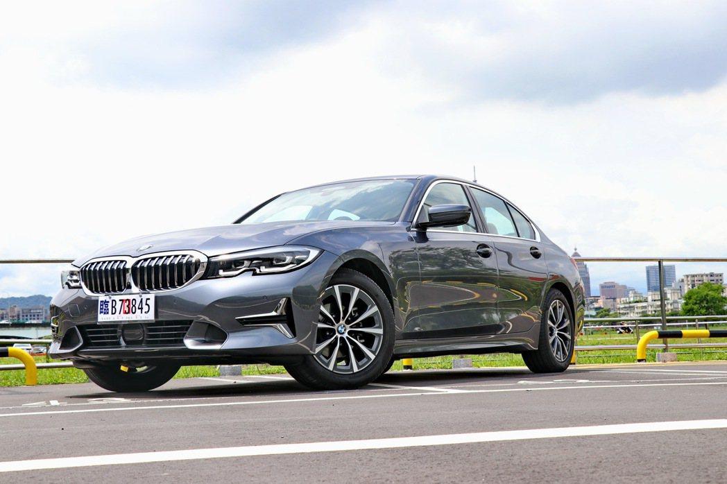 BMW 318i Luxury維持過往運動房車的外型及操駕實力。 記者陳威任/攝...