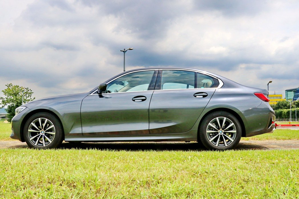 BMW 318i Luxury延續BMW 3系列特有的長引擎蓋、長軸距、短前懸設...