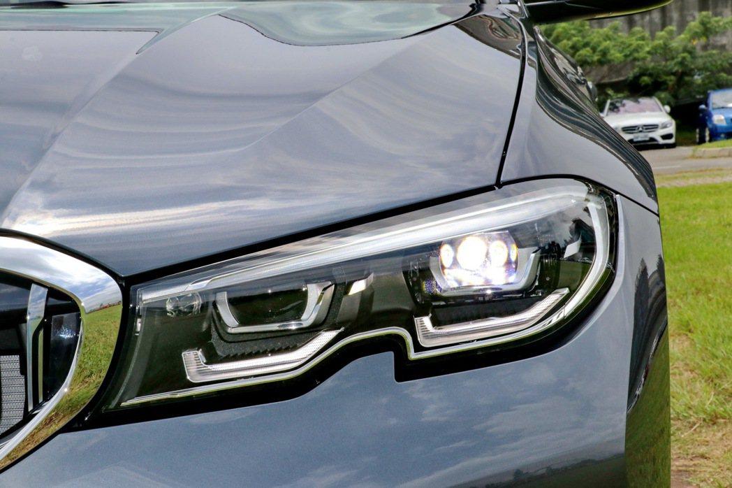 搭載LED主動式轉向頭燈含轉向輔助燈的類六角型頭燈造型。 記者陳威任/攝影