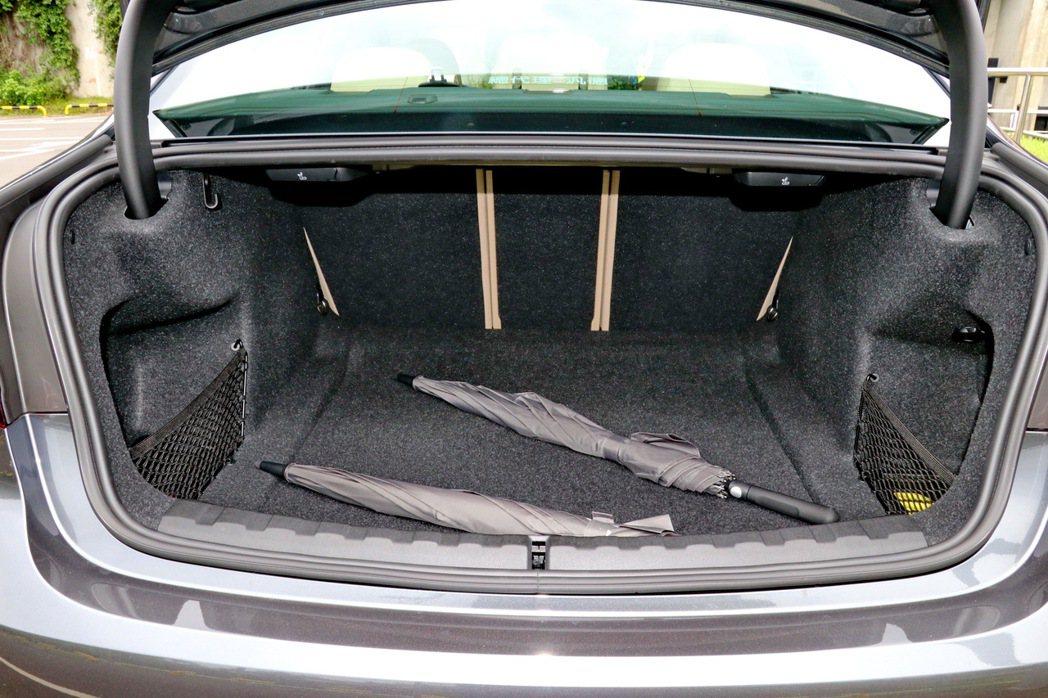 在一般狀態下擁有480公升的容積,透過快傾拉桿將座椅傾倒後,可以更進一步提升載運...