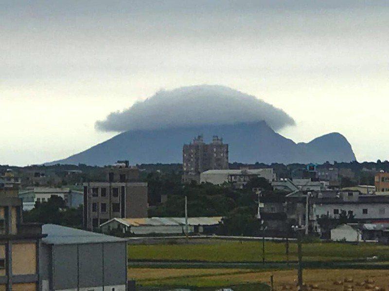 有網友昨天拍到龜山島的背部壟罩了一團烏雲,鄉民們看到直呼要下雨了。 圖/翻攝自「爆廢公社」