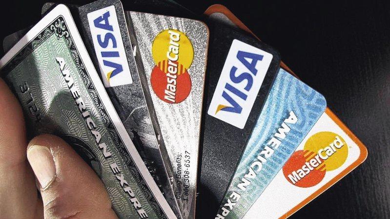 為了搭配振興三倍券,銀行紛紛推出許多優惠來搶客,就有網友考慮辦新卡來享優惠。 美聯社