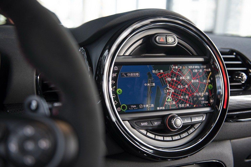 標準配備8.8吋原廠導航系統與Apple CarPlay。 圖/汎德提供