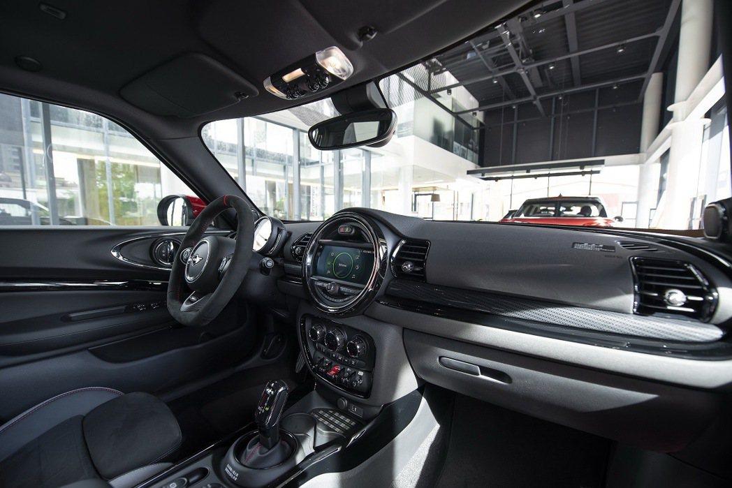 賽車風格十足的座艙空間。 圖/汎德提供