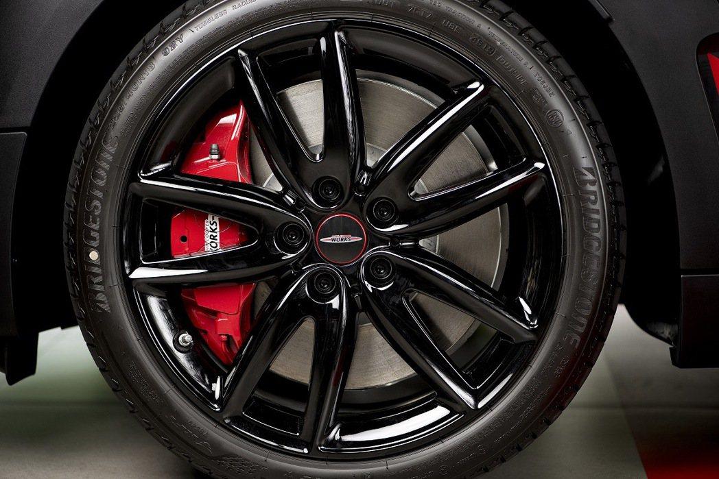 18吋JCW Grip Spoke黑色輪圈與Chili Red塗裝卡鉗。 圖/汎...