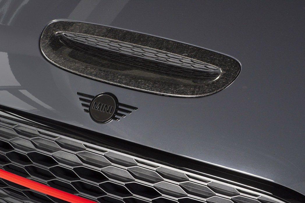 JCW碳纖維飾板與Piano Black黑色高光澤處理MINI Logo。 圖/...