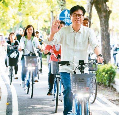 高雄市長補選,民進黨參選人陳其邁(前)昨天一早到左營騎單車拜票,展現年輕活力。記者劉學聖/攝影