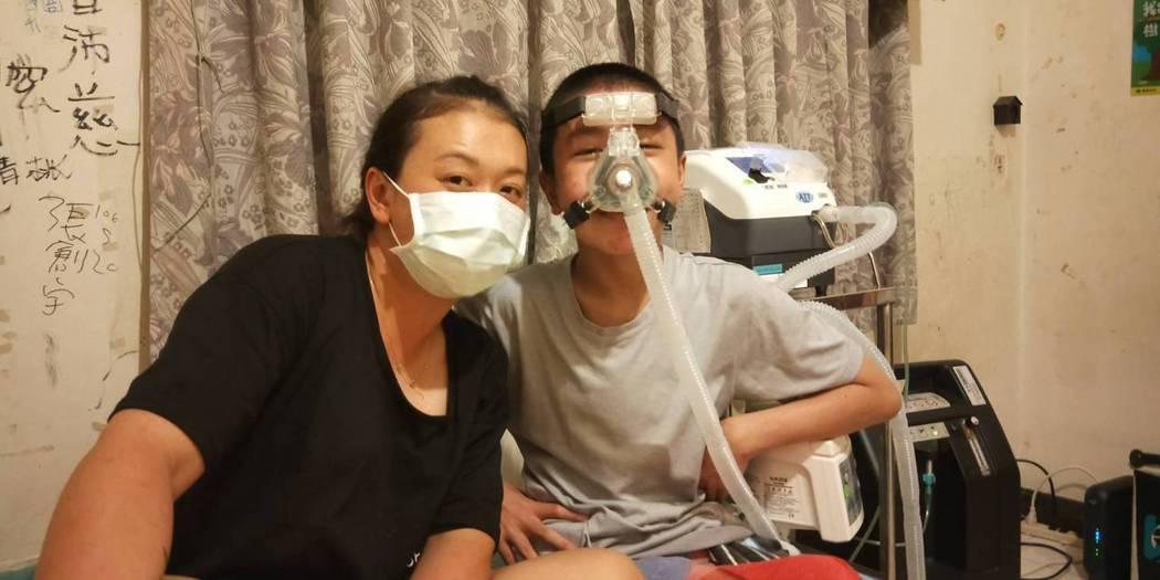 單親媽媽林小姐為籌兒子「廷廷」的呼吸器費用,每天辛苦工作。圖/家屬提供
