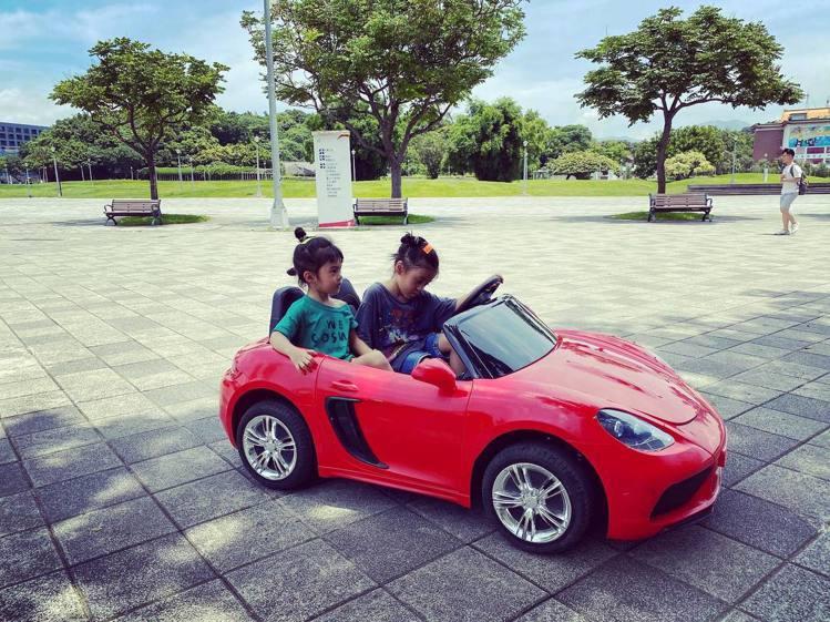 咘咘、波妞在公園「開車」。圖/摘自臉書