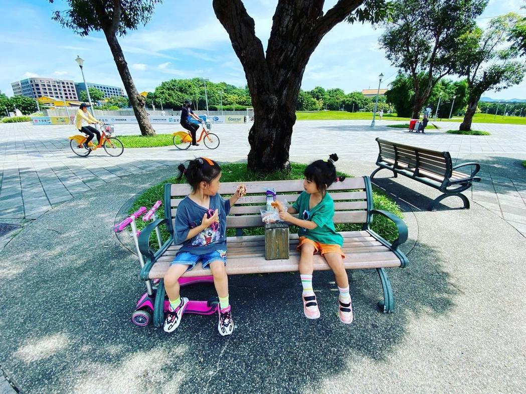 咘咘、波妞到公園「放電」。圖/摘自臉書