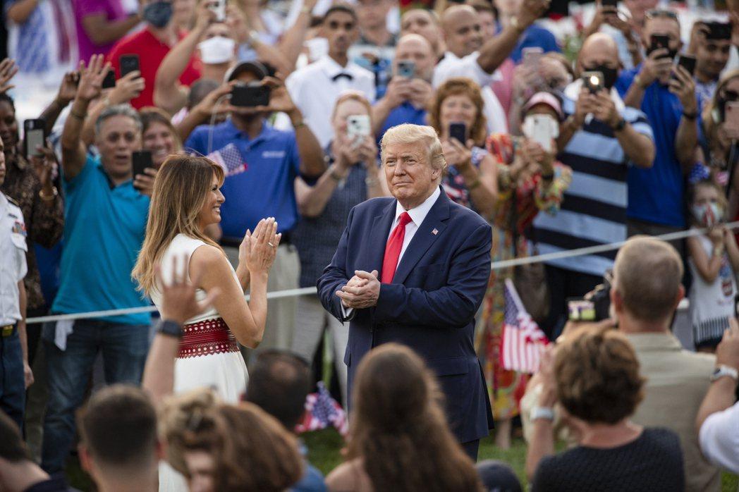 美國總統川普和第一夫人梅蘭妮亞4日在白宫開國慶派對,兩走入人群,與賓客同歡。 (...