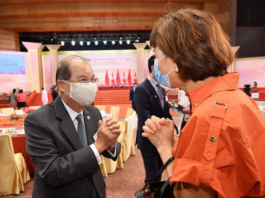 香港政務司長張建宗(左)在網誌重申,港版國安法立法不會影響香港市民合法享有的基本...