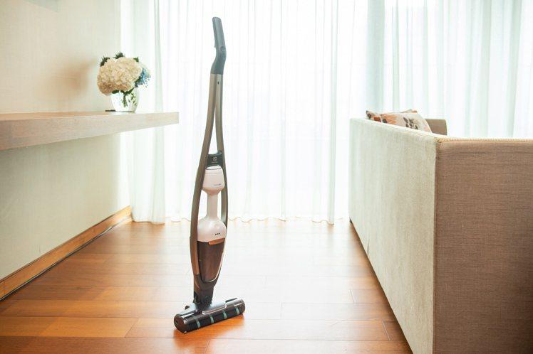 伊萊克斯PURE Q9-P雙效勁亮吸塵器,建議售價21,900元。7月15日至8...
