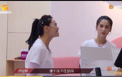 黃聖依(右)觀察伊能靜教唱的表情寓意深遠。圖/摘自微博