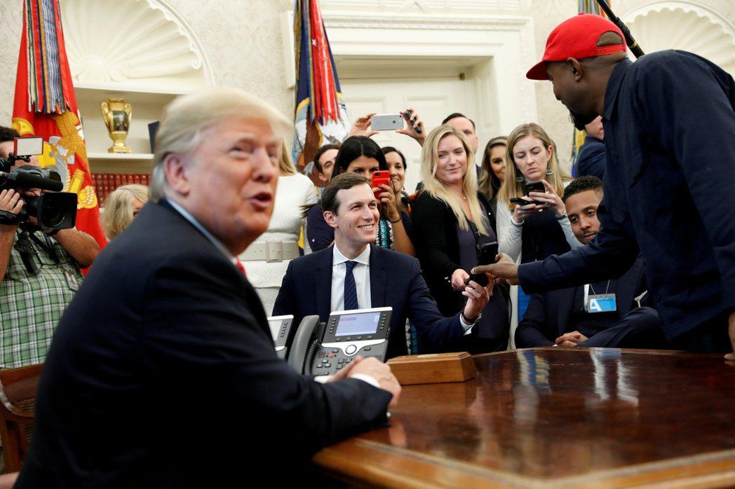 肯伊威斯特(右)在對川普(左)表白之後,2018年10月獲邀到白宫作客。路透