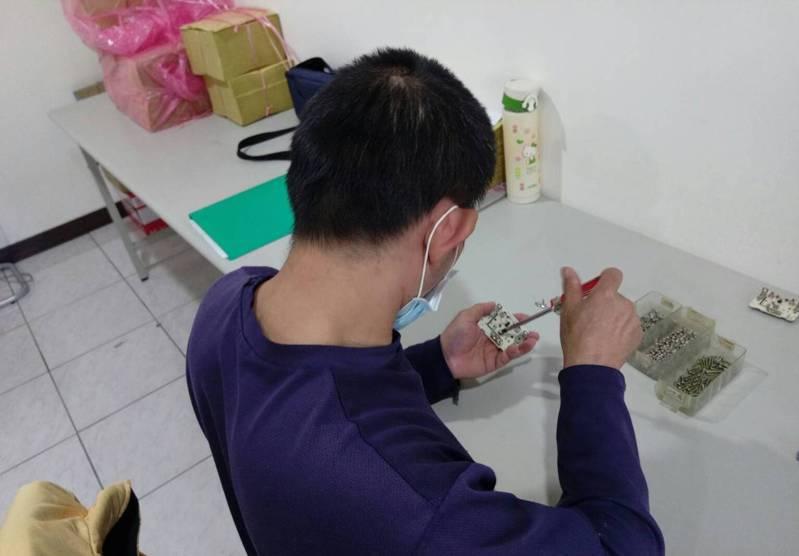 台中市勞工局一對一客製培訓課程,訓練身心障礙者適應職場環境。圖/勞工局提供