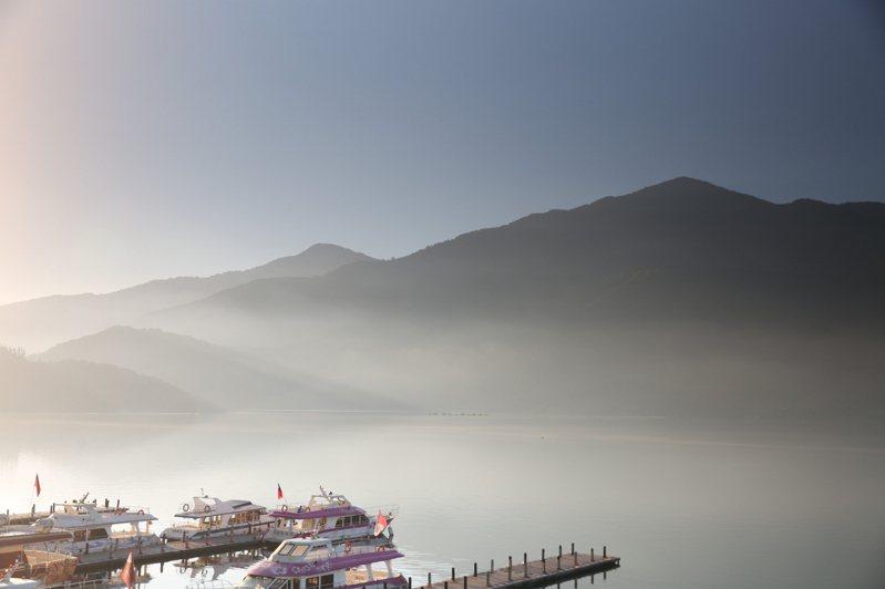 國際旅遊尚未解禁,習慣出國避暑的高端旅客轉往國內旅遊,日月潭的湖光山色吸引遊客。圖/李進生提供