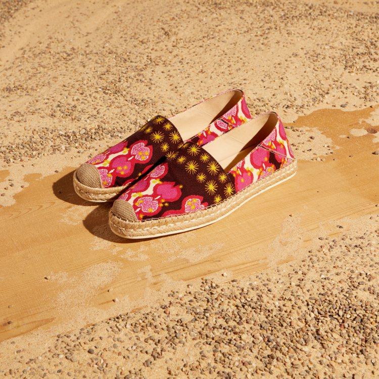 草編鞋可以見到以地中海風陶器為靈感的印花設計。圖/迪生提供