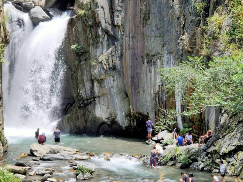 入夏後飆高溫,南投縣仁愛鄉夢谷瀑布今年5月起逢假日就湧入玩水民眾。記者賴香珊/攝影