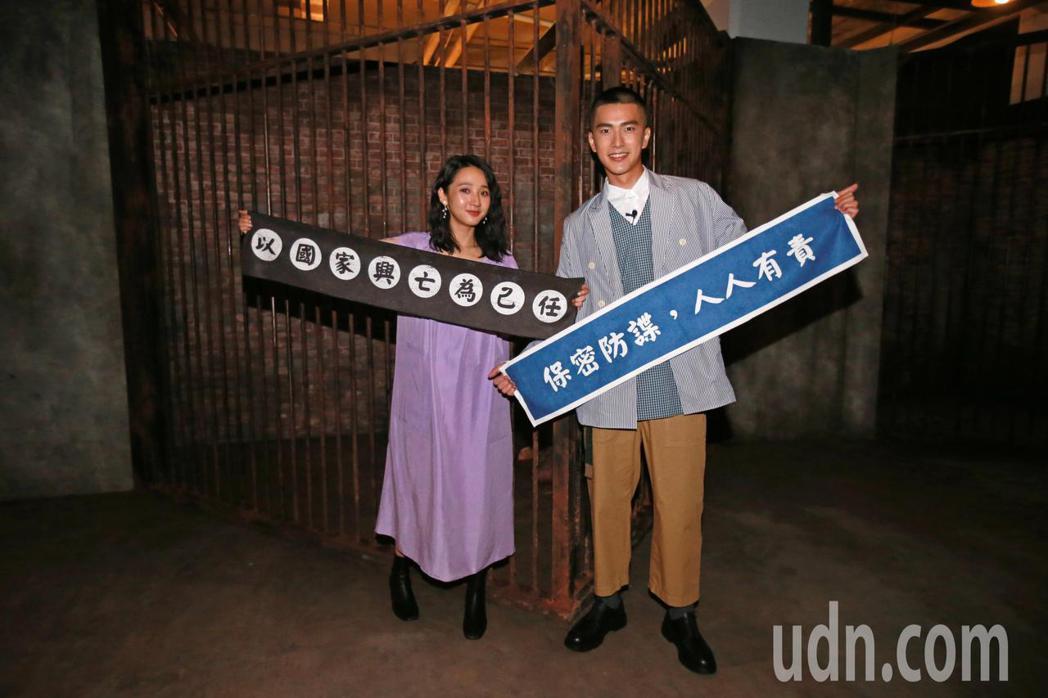 藝人曾敬驊(右)、李沐(左)體驗返校實境展。記者許正宏/攝影