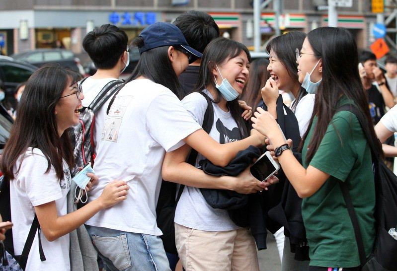 109年大學指考在考完公民與社會後落幕,考生步出考場後開心地相擁慶祝,準備迎接暑假的到來。記者余承翰/攝影