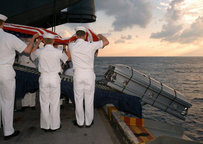 美國海軍執行海葬,2004年。圖/美國海軍檔案照