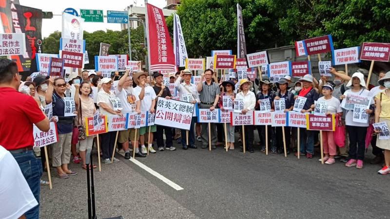 民間司法改革團體在凱道舉行記者會,要求蔡英文總統不要排除陪審制。圖/記者廖炳棋攝影