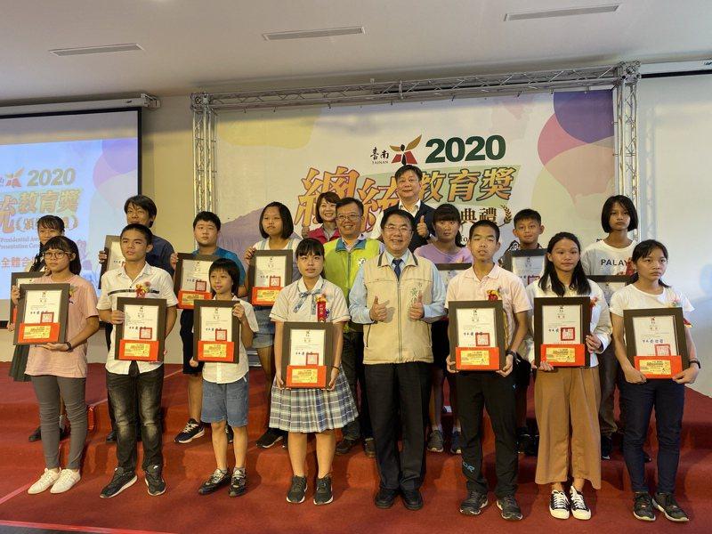 台南市長黃偉哲(前排中)昨天頒獎給獲得今年總統教育獎的14名國中與國小學生。記者修瑞瑩/攝影