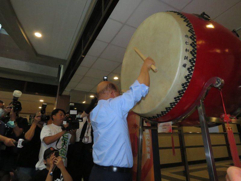 行政院長蘇貞昌今參觀新莊响仁和鼓文化特展,親自敲響大鼓。記者吳亮賢/攝影