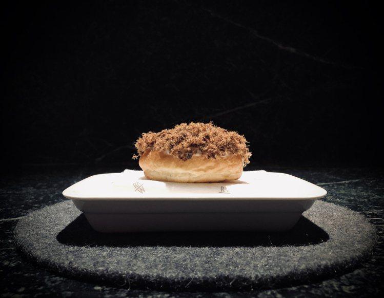 RAW以肉鬆麵包的概念,做出「紅酒燉牛 / 布里歐 / 奶油醬」上桌。圖/RAW...