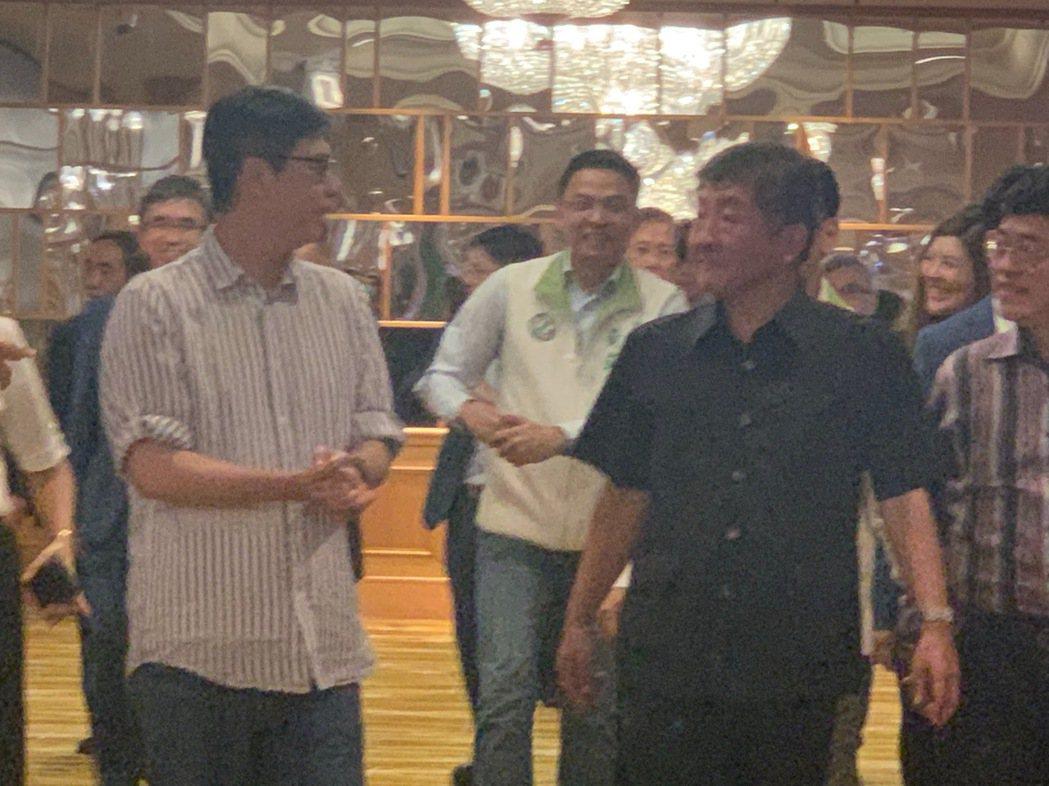 衛福部長陳時中(右)說自己是防疫指揮官,行政院前副院長陳其邁(左)是「防疫指揮官...