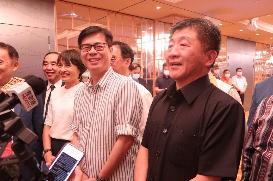 衛福部長陳時中(右)說自己是防疫指揮官,行政院前副院長陳其邁(中)是「防疫指揮官...