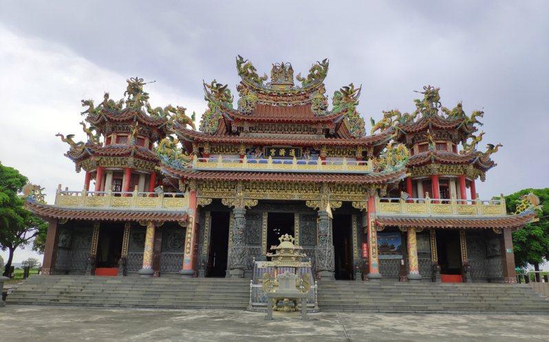 台南鐵線橋通濟宮民國82年在舊廟約200公尺外另蓋新廟,建物宏偉。記者謝進盛/攝影