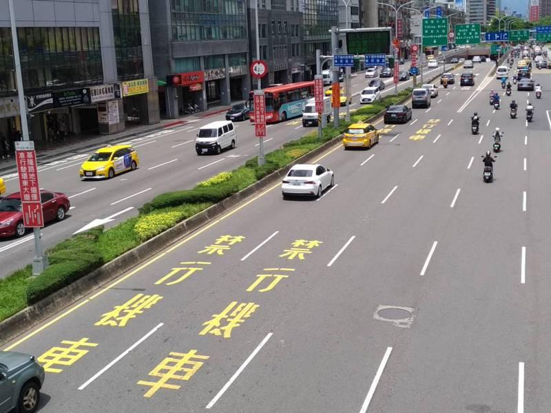 北市交通局委託專業單位分析,開放禁行機車路段後,各類型事故均增加,其中以小型車與機車事故增加最多。記者林麗玉/攝影