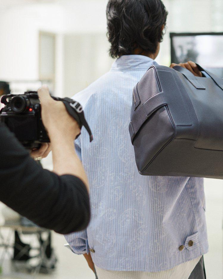 帆布拼接小牛皮行李袋也展露隨興姿態。圖/愛馬仕提供