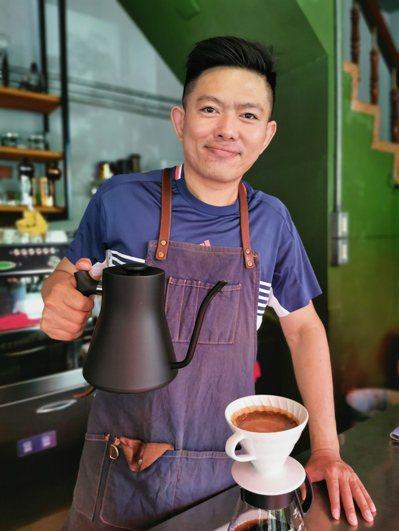 林育群為了創業開店夢想,曾連續3年每周兼40節課補貼營收,讓咖啡館經營下去。記者卜敏正/攝影