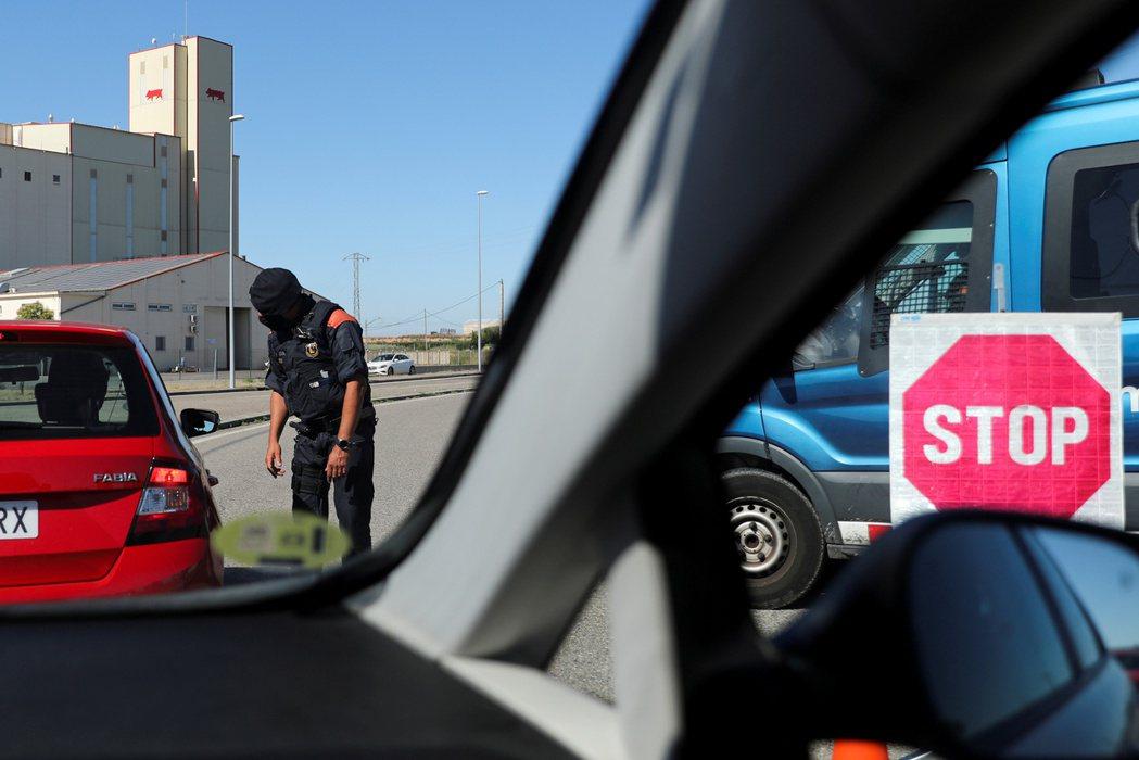 加泰隆尼亞警方4日檢查進入當地大城萊里達車輛的通行文件。路透