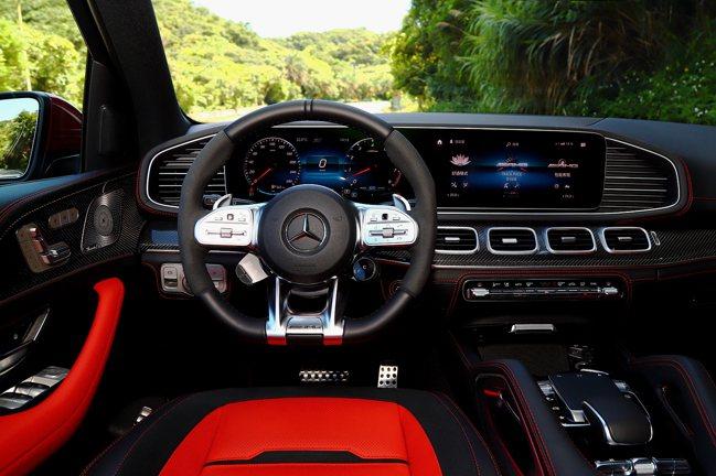 試駕車型內裝選配視覺更搶眼的Red/Black雙色內裝,以及表彰性能的AMG碳纖...