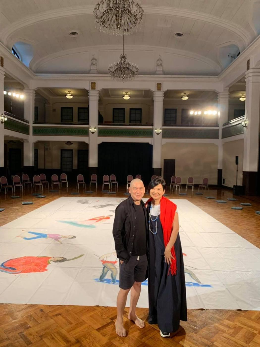 楊貴媚(右)到中山堂力挺好友蔡明亮。圖/摘自臉書