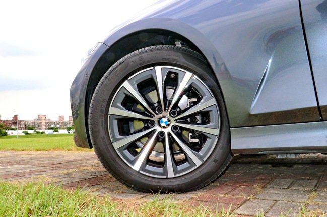 BMW 318i Luxury搭載17吋V輻式輪圈。記者陳威任/攝影