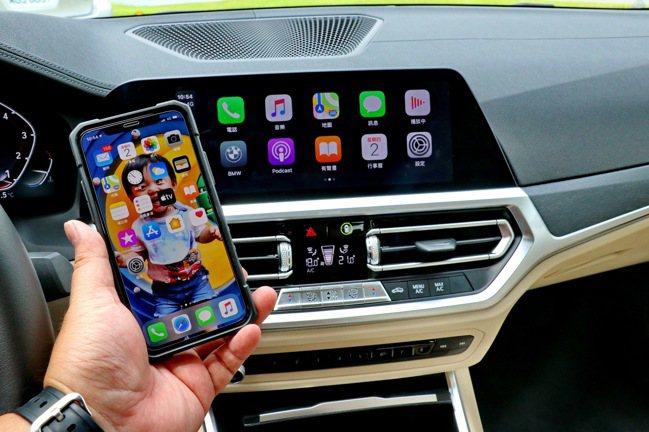 10.25吋中控觸控螢幕搭載無線Apple CarPlay整合系統。記者陳威任/...