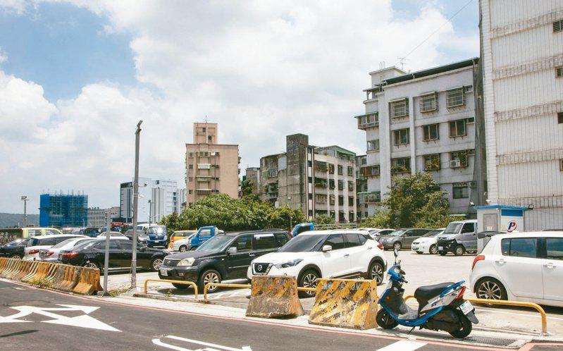 新北市三重區二重公園周邊有許多私人停車場,未來私人停車場成為建案後,該區停車需求勢必激增。 記者王敏旭/攝影