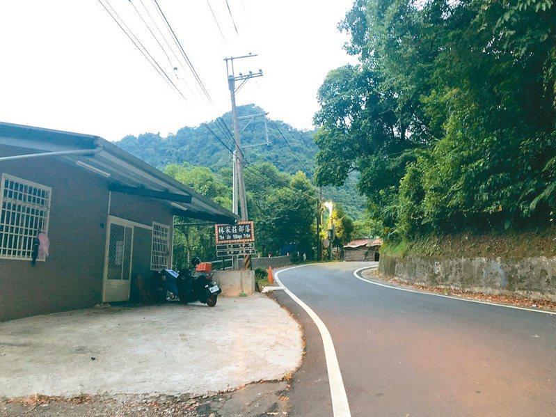 新竹縣政府在縣道122線34公里至50公里處,增設約40盞太陽能路燈。 記者陳斯穎/攝影