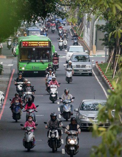 台北市交通局委託研究發現,取消第3車道禁行機車管制後,小型車與機車同向擦撞情形增加,類似的汽、機車交織畫面,經常可見。 圖/聯合報系資料照片