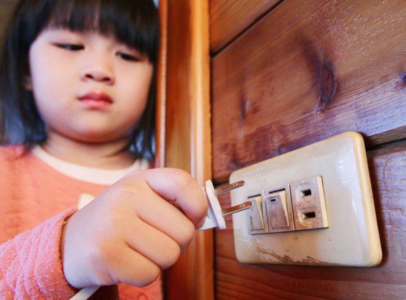 火災預防科說,夏季為用電高峰期,為防範電氣火災,民眾應經常檢視家中插頭及插座。報系資料照片