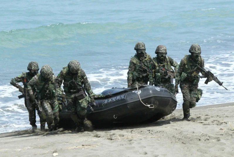 海軍陸戰隊操演發生突擊艇翻覆意外,外界質疑事發當天上午8時48分海面瞬間湧浪增強,為何仍下水演練,圖為海軍陸戰隊2013年在左營實施操舟演習登陸。圖/聯合報系資料照片