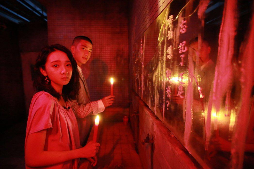 返校實境體驗展在松山文創園區開幕,藝人李沐(前)、曾敬驊(後)驚嚇體驗返校實境展
