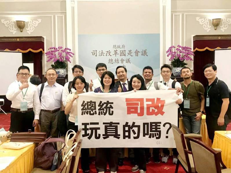 兒童權益促進協會理事長王薇君(右五)表示,總統蔡英文的確「訓誡」司法官員,目的是要他們貼近民意,她認為蔡有心司改。圖/王薇君提供
