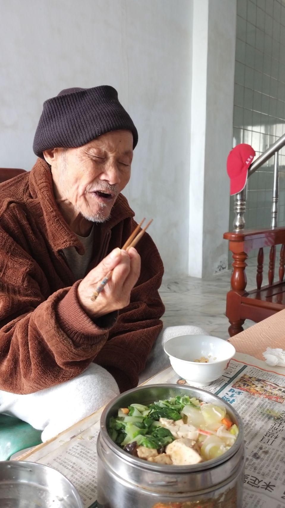 偏鄉送餐服務,送餐員每日提供熱騰騰餐食,陪伴長輩用餐,讓長輩「食在不孤單」。白永...